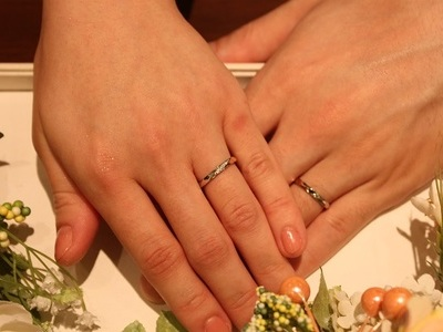 二色に輝く指輪