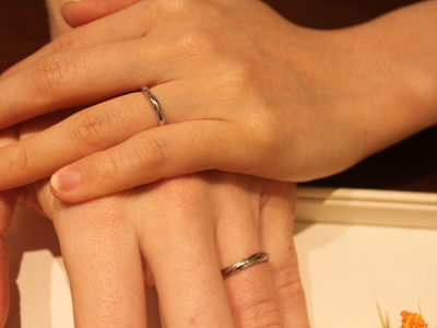 手と手を取り合って愛を育む指輪